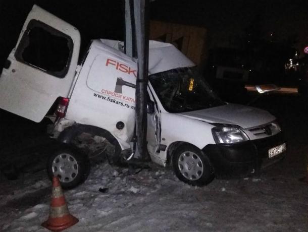 Потерявшая управление на скользкой трассе фура вмяла иномарку в столб и попала на видео под Ростовом