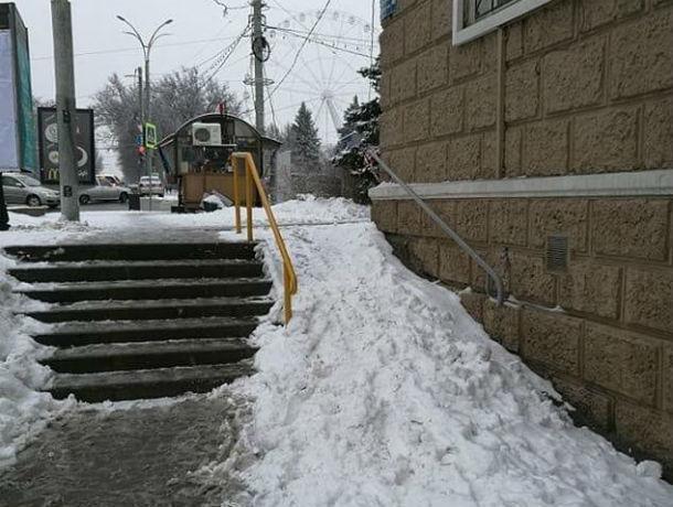 Непроходимые снежные пандусы возмутили жителей Ростова