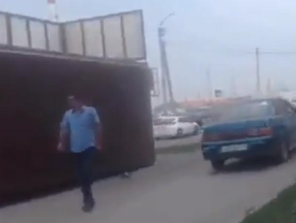 Объезжал пробку по тротуару и давил прохожих бесшабашный таксист в Ростове на видео