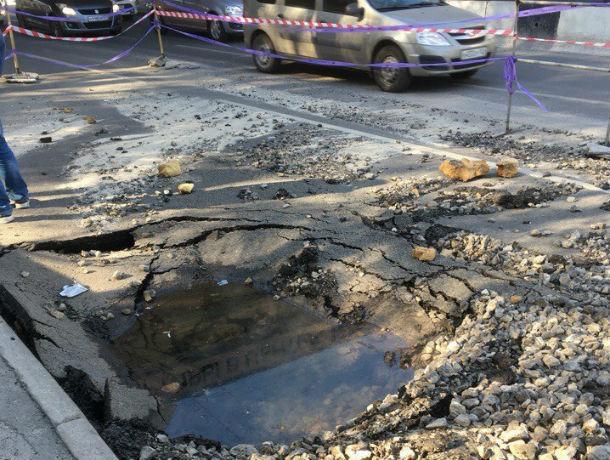 Адский коммунальный провал поглотил весь асфальт в центре Ростова