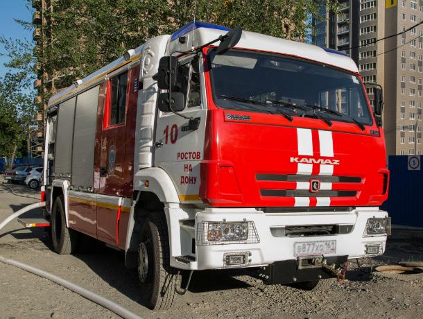Натушении крупного пожара вРостовской области работало неменее 100 человек