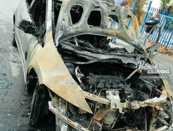 В Ростове ранним утром дотла сгорел автомобиль