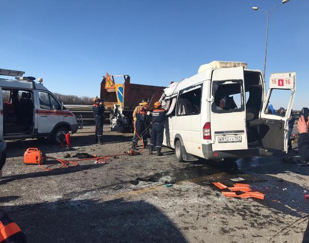 В  ДТП с маршруткой под Шахтами погибли шесть человек