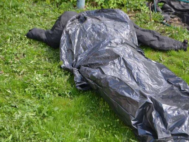 Одиноко лежащий в кустах труп мужчины обнаружила бригада строителей в Ростове