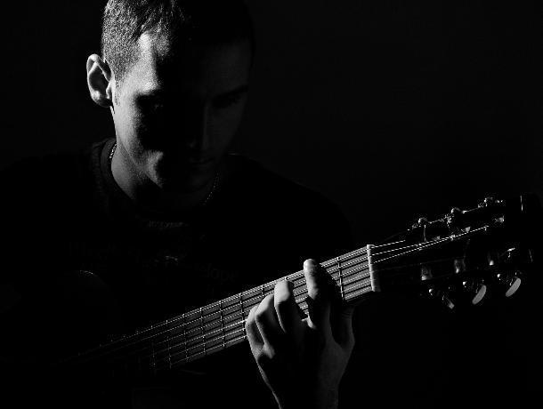 В Волгодонске злоумышленники избили уличного музыканта и отняли у него гитару