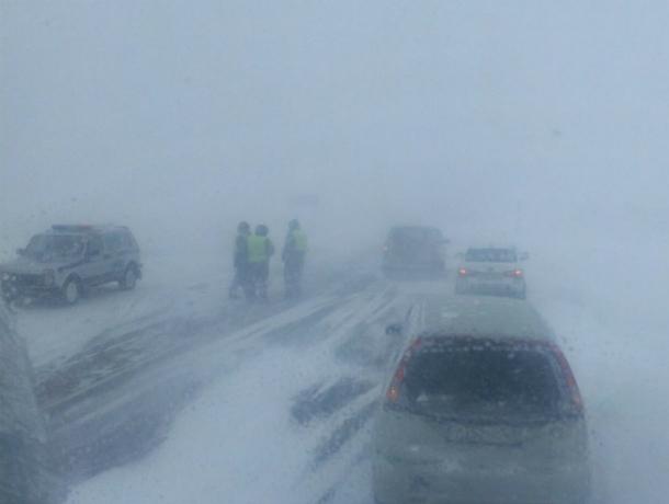 Движение на пяти популярных у автолюбителей ростовских трассах блокировала снежная метель