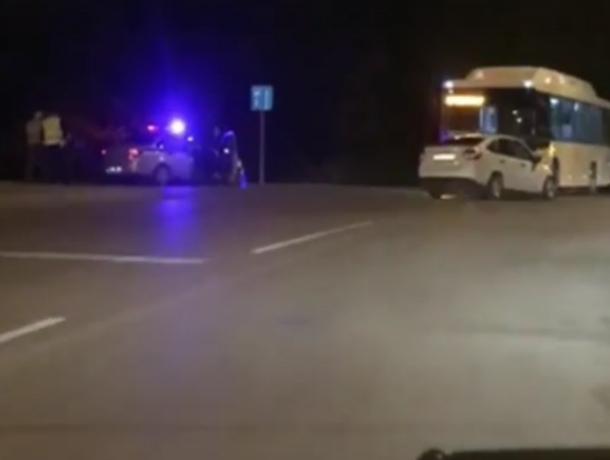 Потерявший управление шофер легковушки раскурочил новый автобус на перекрестке Ростова