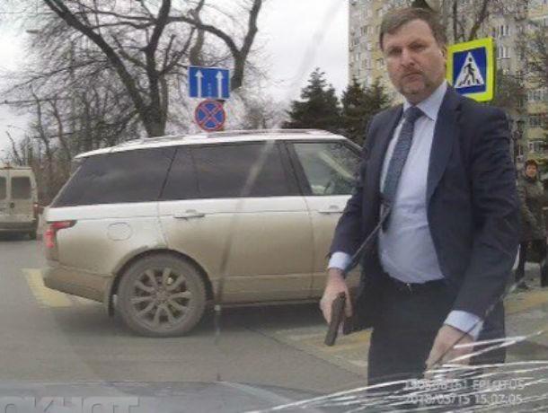 Против депутата гордумы, махавшего пистолетом на улице, возбудили уголовное дело в Ростове