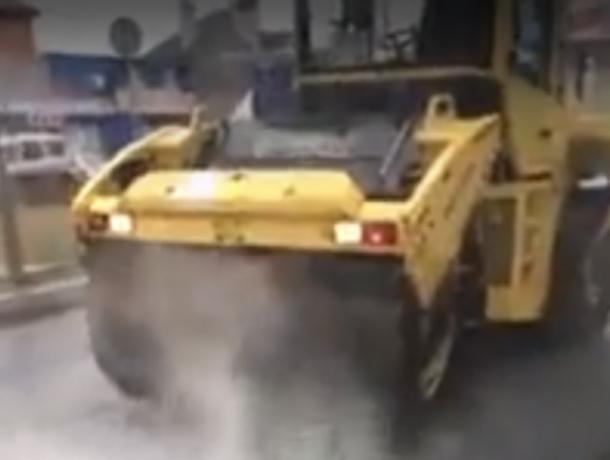 Старательная укладка асфальта в дождь «по ГОСТу» парализовала движение в Ростове на видео