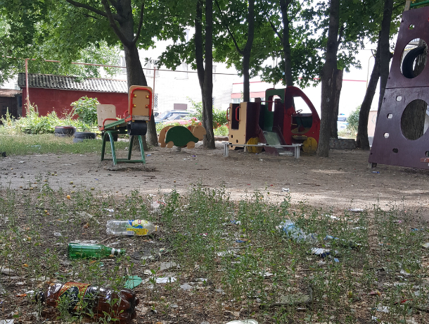 Запущенные жизнью подростки разогнали детей с площадки и довели до отчаяния ростовчан