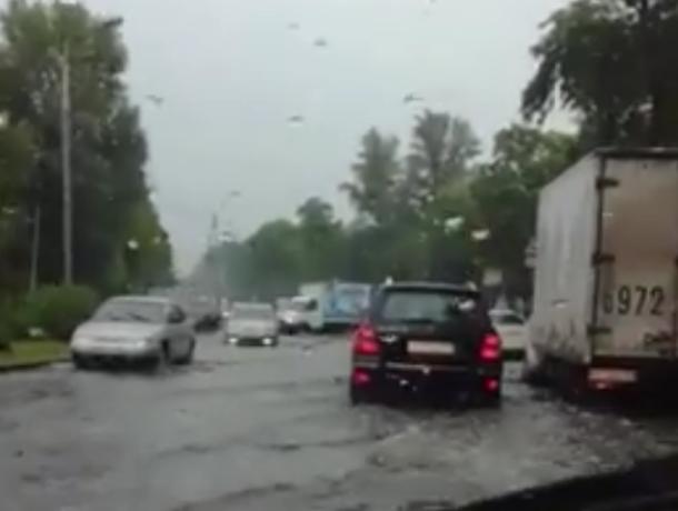Ростов снова «поплыл» из-за несильного дождя и проблемных ливневок на видео