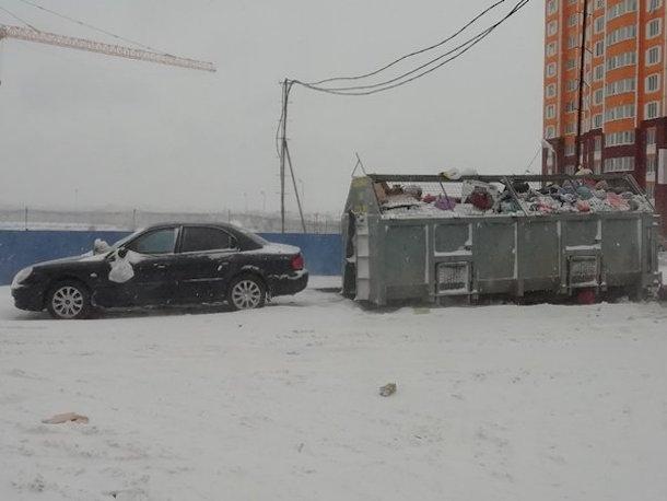 Жители Левенцовки наказали автохама, завалив его машину мусором
