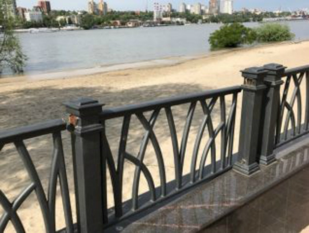Отстроенный на радость ростовчанам парк Левобережный начал расползаться по швам