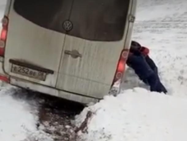 Экстремальное вытягивание слетевшей с ростовской трассы маршрутки ее пассажирами попало на видео