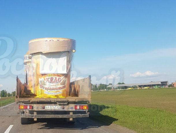 Курьезная потеря грузовиком киоска с квасом развеселила ростовчан
