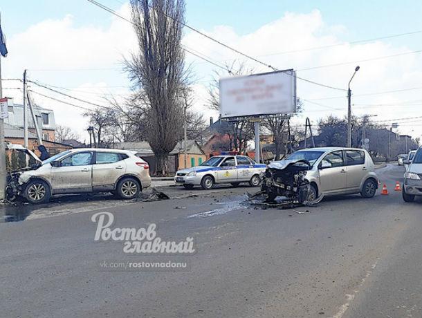 Пассажир – в больнице: две иномарки лоб в лоб столкнулись посреди Ростова