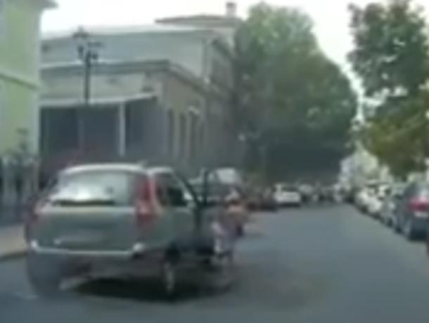 Спасение оставленного одного в машине посреди дороги маленького мальчика в Ростове попало на видео