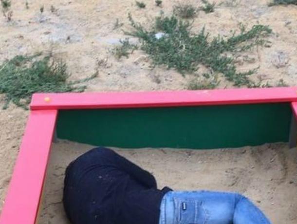 Ушатавшийся песочными куличиками парень на детской площадке рассмешил жителей Ростова