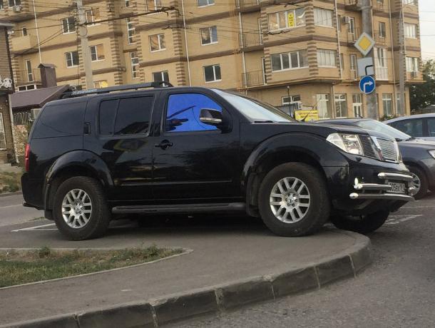 Автоледи из новостройки отметилась хамской парковкой на тротуаре  в Ростове