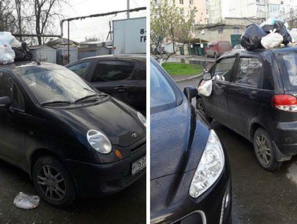 Позорную расправу над автохамкой устроили жильцы многоэтажки в Ростовской области