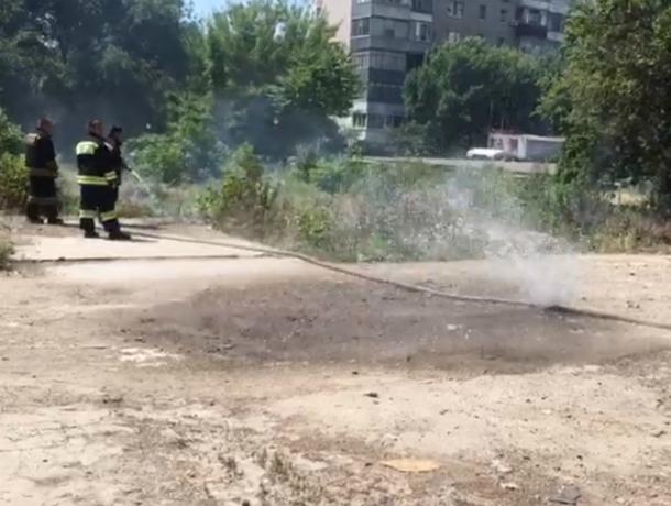 Разморенные на солнце пожарные с дырявым шлангом насмешили горожан попали на видео в Ростове