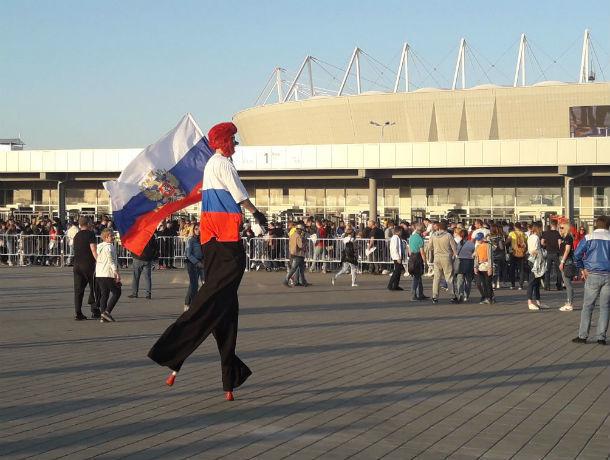 Крики и проклятия раздаются в адрес организаторов матча на «Ростов Арене»: людям приходится обходить стадион пешком