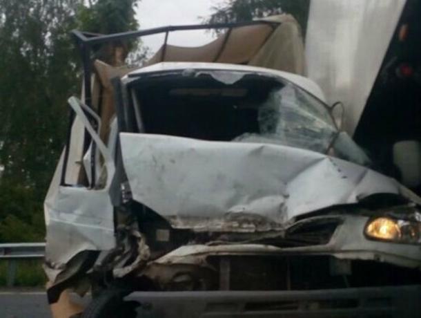 Торопливый водитель «хлебовозки» разбился о КамАЗ на трассе под Ростовом