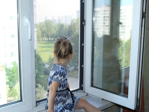 Семилетняя девочка выпала из окна в Ростовской области