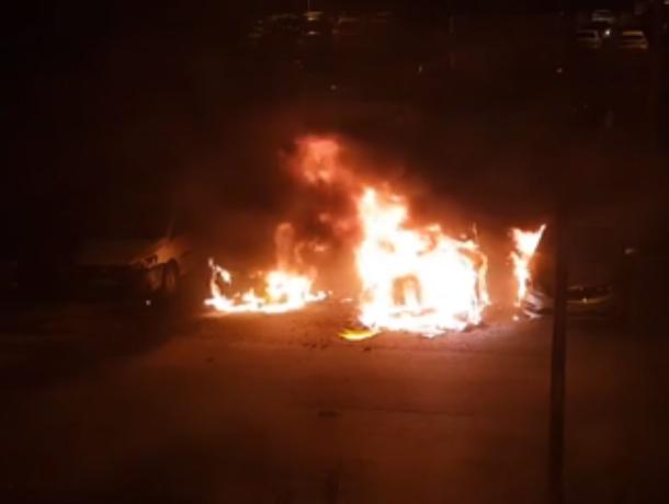 Страшный костер из четырех автомобилей в ростовской Левенцовке попал на видео