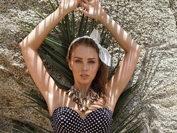 Сверкая голыми сиськами при троих детях, ростовчанка Полина Диброва резвилась на пляже