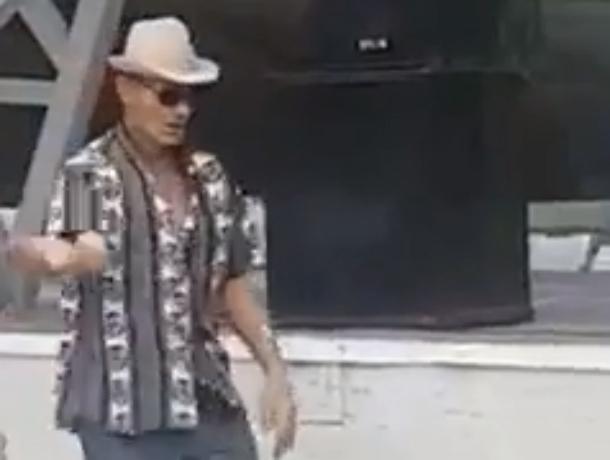 Сумасшедший танец заводного человека-«мельницы» рассмешил ростовчан на видео