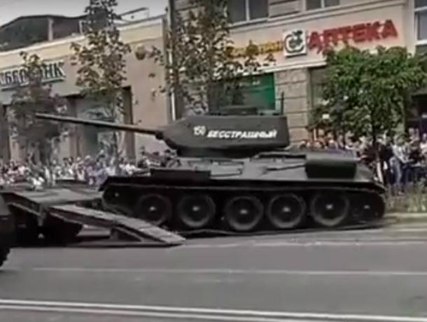 Скатившийся с платформы на толпу зрителей «бесстрашный» танк в центре Ростова попал на видео