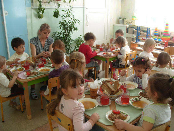 ВНовочеркасске детсадовцев кормили сомнительными сосисками