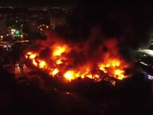 Страшный пожар, уничтоживший сотни торговых ларьков на рынке «Темерник» в Ростове, локализован