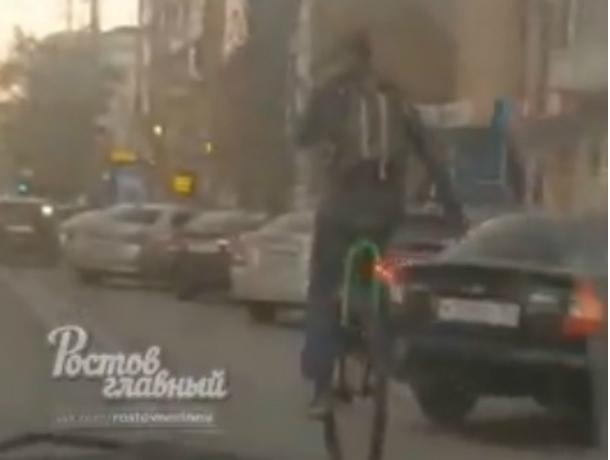 Уставший ждать транспорт ростовчанин пересел на одноколесный велосипед