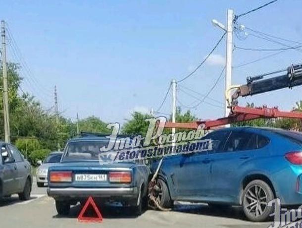 Эвакуаторщик случайно «уронил» BMW на проезжавшие мимо «Жигули» в Ростове