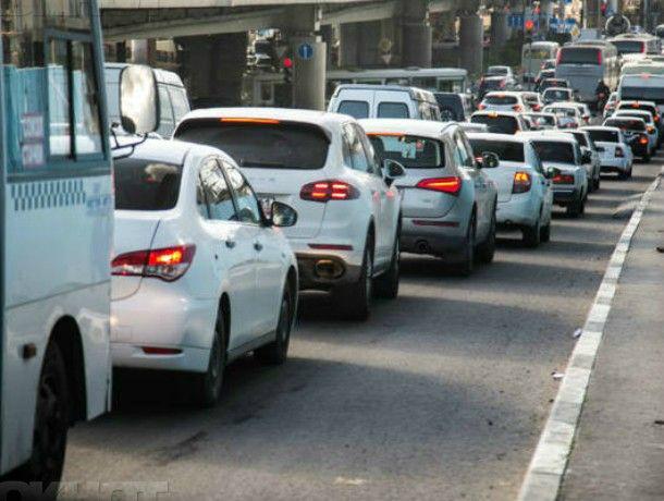 Сломанный светофор и коммунальная авария заморозили движение в центре Ростова