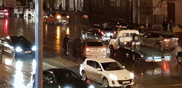В центре Ростова на пешеходном переходе сбили женщину
