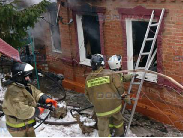 Бдительные соседи спасли жизнь проспавшему пожар в собственном доме мужчине под Ростовом