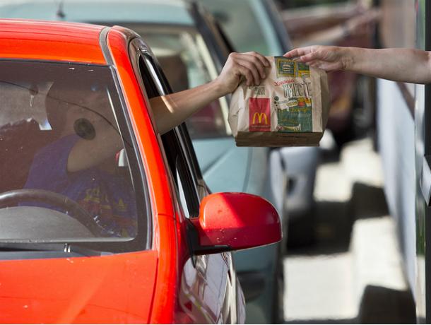 Две ростовские автоледи подрались при покупке фастфуда