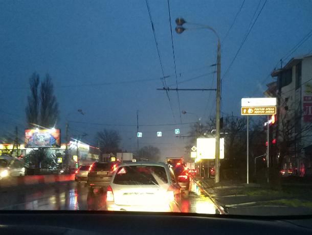 Не по правилам установленный рекламный знак создает опасность для проезда перекрестка в Ростове