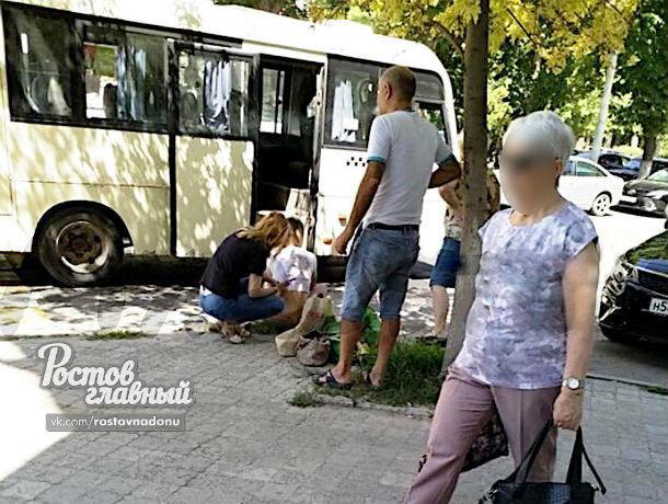 Ростовчанка не заметила маршрутку и получила удар зеркалом по лицу