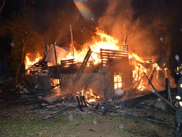 Огромный коттедж сгорел вместе со своим хозяином в частном секторе Ростова
