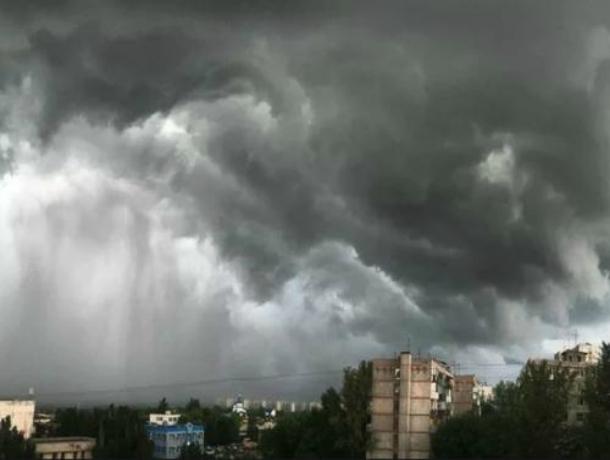 Штормовым ветром с ливнем и градом накроет Ростов в ближайшие пару часов
