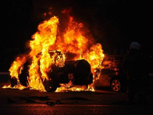 «Бомбанувшая» от цен на бензин иномарка сгорела дотла у заправки Ростова