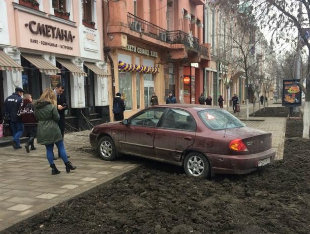 Тройное ДТП устроила вылетевшая на красный свет автоледи на Садовой в Ростове