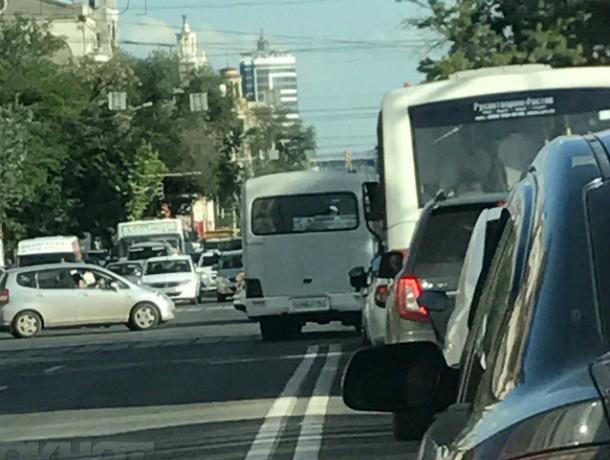 Нагло проехавшего по двойной сплошной водителя маршрутки наказали хозяева автокомпании в Ростове