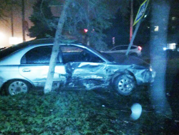 Девушка, юноша, женщина и дорожный знак пострадали в лобовом столкновении автомобилей в Ростовской области