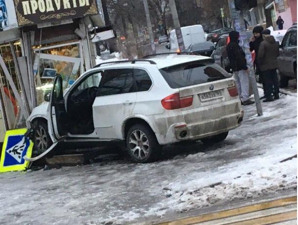 Когда не хочется стоять в очереди: иномарка протаранила двери в ларек в Ростове