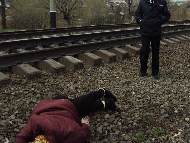 Перебегавшая железную дорогу женщина погибла под колесами поезда вРостовской области